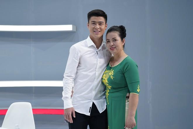 Mẹ Đình Trọng U23 Việt Nam phấn khích khi thấy Hari Won: Tôi muốn có con dâu như Hari Won! - Ảnh 2.