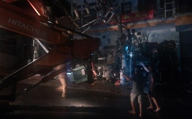 Xe trộn bê tông đâm sập trạm biến áp khiến toàn đảo Cát Bà mất điện, 3 người thương vong 1
