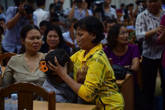 Cử tri Thủ Thiêm ngất xỉu, bật khóc tại buổi tiếp xúc Đại biểu Quốc hội - Ảnh 8.