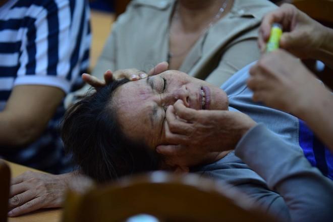 Cử tri Thủ Thiêm ngất xỉu, bật khóc tại buổi tiếp xúc Đại biểu Quốc hội - Ảnh 5.