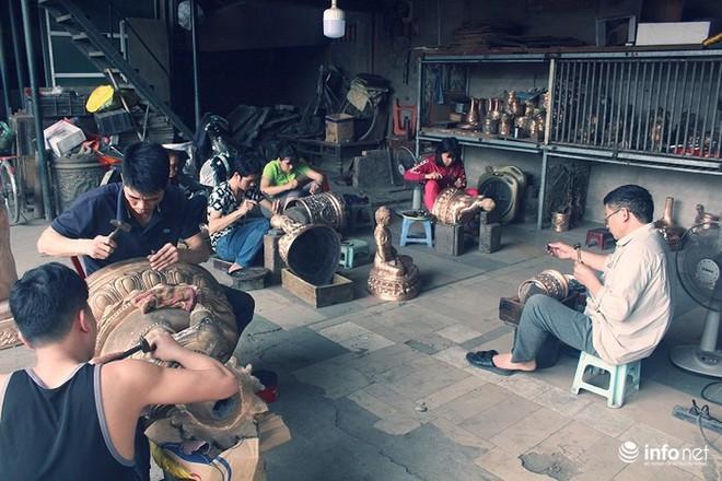 Về làng nghề đúc đồng gia truyền gần 500 năm tuổi ở Hà Nội - Ảnh 2.