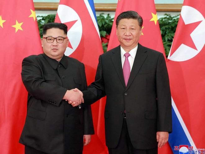 Hội nghị bí mật Trung-Triều: Ông Kim căng thẳng, ông Tập mỉm cười trìu mến - Ảnh 1.