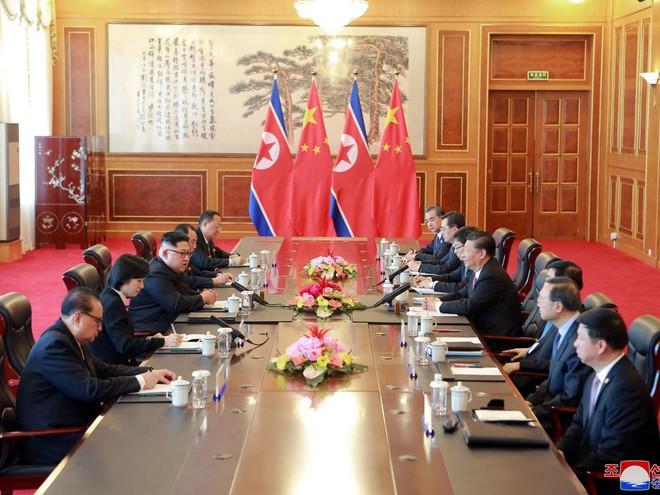 Hội nghị bí mật Trung-Triều: Ông Kim căng thẳng, ông Tập mỉm cười trìu mến - Ảnh 3.