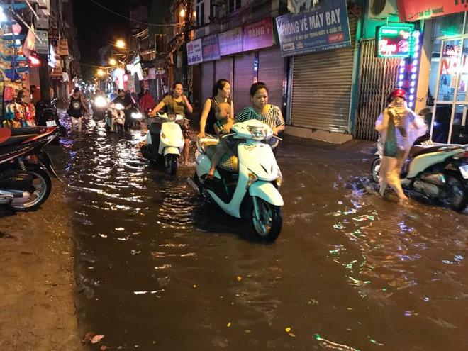Hà Nội: Hàng trăm xe chết máy sau trận mưa lớn - Ảnh 1.