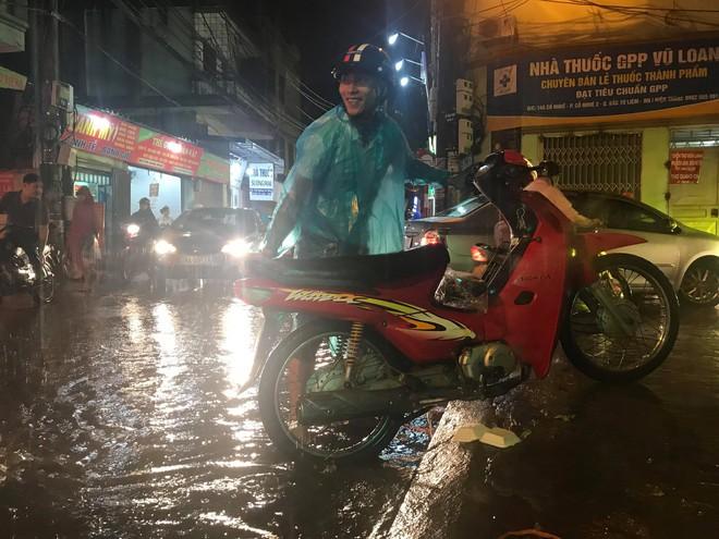 Hà Nội: Hàng trăm xe chết máy sau trận mưa lớn 6