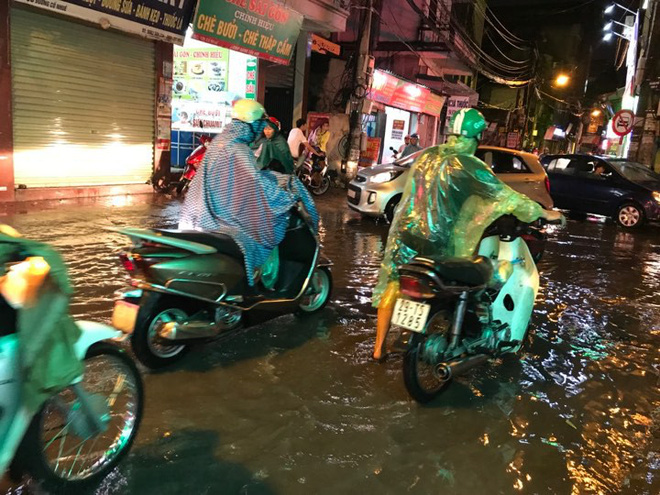 Hà Nội: Hàng trăm xe chết máy sau trận mưa lớn 4