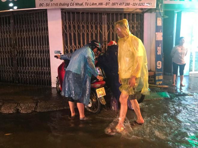Hà Nội: Hàng trăm xe chết máy sau trận mưa lớn - Ảnh 7.