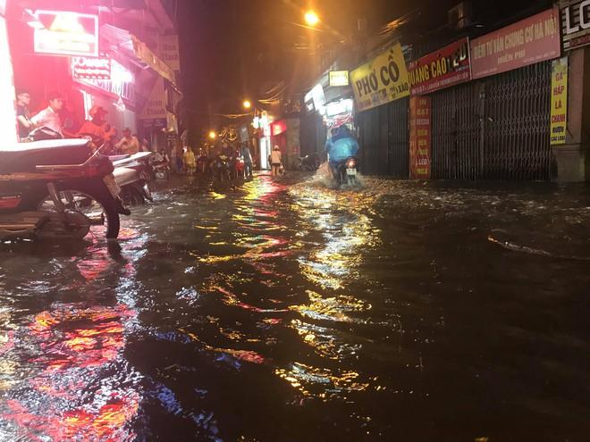 Hà Nội: Hàng trăm xe chết máy sau trận mưa lớn 2