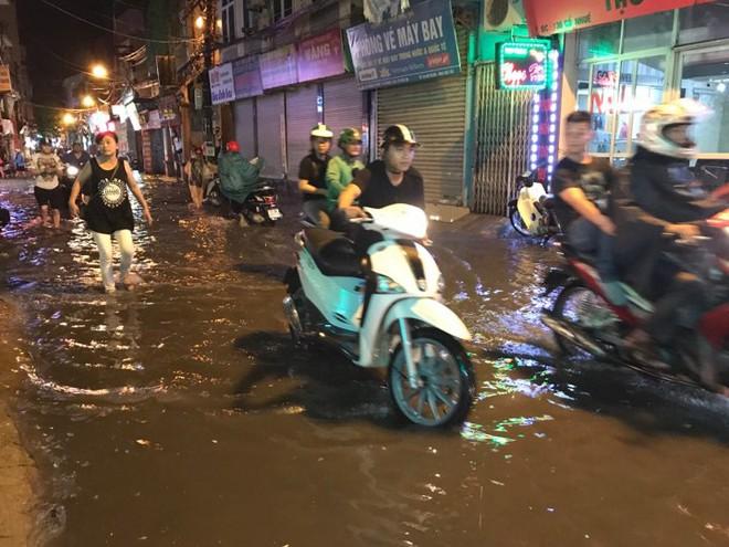 Hà Nội: Hàng trăm xe chết máy sau trận mưa lớn 10