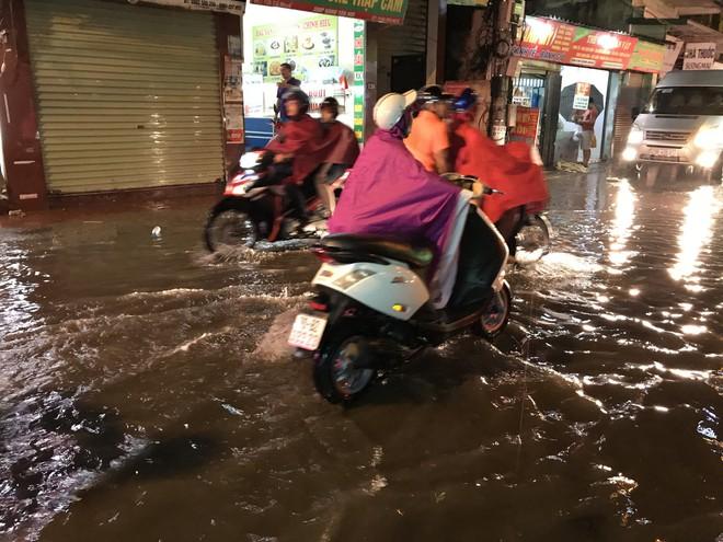 Hà Nội: Hàng trăm xe chết máy sau trận mưa lớn 12