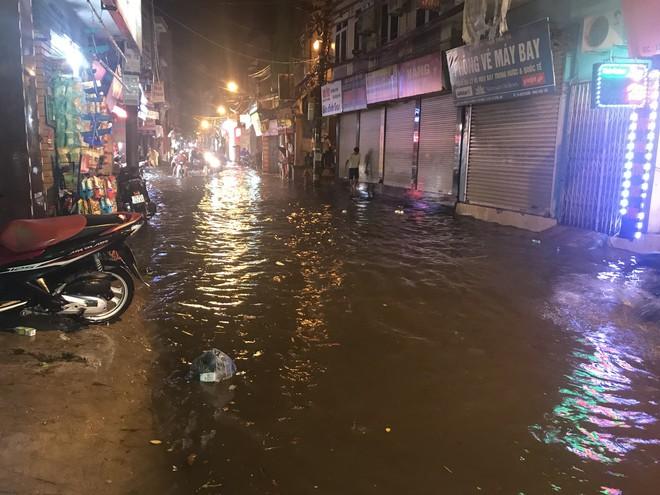 Hà Nội: Hàng trăm xe chết máy sau trận mưa lớn 14