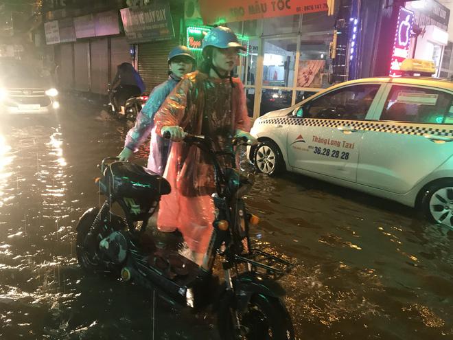 Hà Nội: Hàng trăm xe chết máy sau trận mưa lớn 16