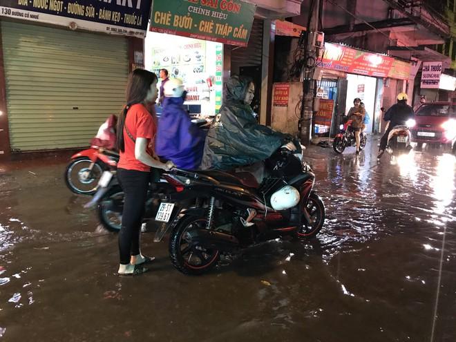 Hà Nội: Hàng trăm xe chết máy sau trận mưa lớn 18