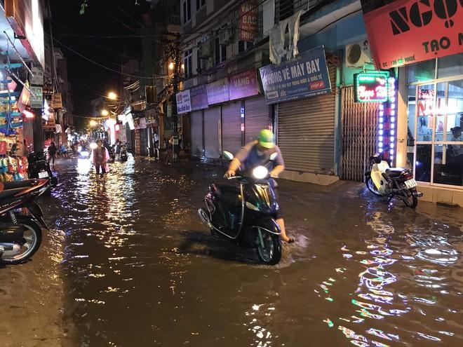 Hà Nội: Hàng trăm xe chết máy sau trận mưa lớn - Ảnh 20.