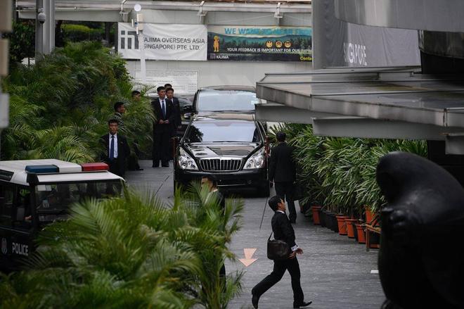 Dàn vệ sĩ áo đen siêu ngầu tái hiện màn chạy bộ tháp tùng ông Kim Jong-un tại Singapore - Ảnh 2.