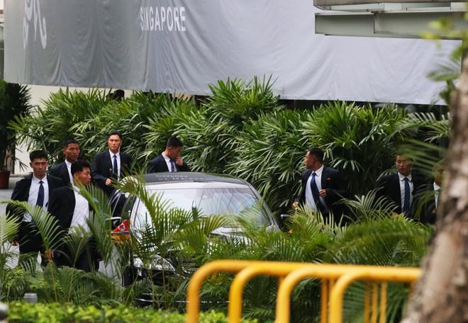 Dàn vệ sĩ áo đen siêu ngầu tái hiện màn chạy bộ tháp tùng ông Kim Jong-un tại Singapore - Ảnh 3.