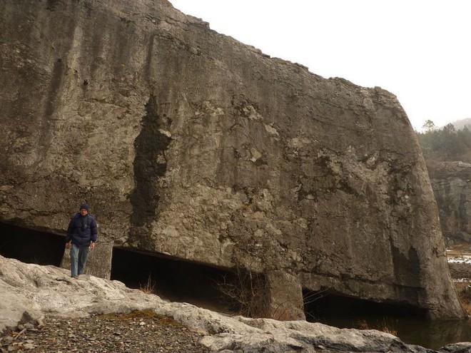 Tấm bia đá bí ẩn ở Trung Quốc: Nặng hơn 31.000 tấn, cao gần bằng tượng Nữ thần Tự Do - ảnh 1