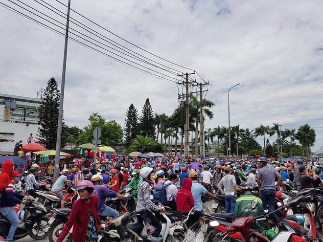 Hàng nghìn người tụ tập trước cổng KCN ở Sài Gòn, thiếu tướng Phan Anh Minh có mặt tại hiện trường 1