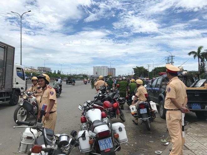 Hàng nghìn người tụ tập trước cổng KCN, thiếu tướng Phan Anh Minh có mặt tại hiện trường - Ảnh 1.