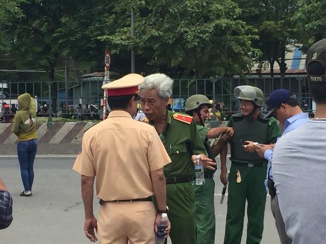Hàng nghìn người tụ tập trước cổng KCN, thiếu tướng Phan Anh Minh có mặt tại hiện trường - Ảnh 2.