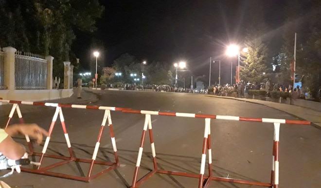 Tạm giữ thêm 99 người quá khích ném đá trụ sở UBND tỉnh Bình Thuận - Ảnh 1.