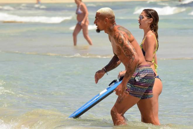 Fabregas quên sầu World Cup, bay lắc trong chuyến du hý với cô vợ nóng bỏng - Ảnh 6.