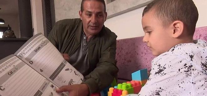 Lạ kỳ bé Israel 3 tuổi nói được tiếng Anh dù chưa được học - Ảnh 1.