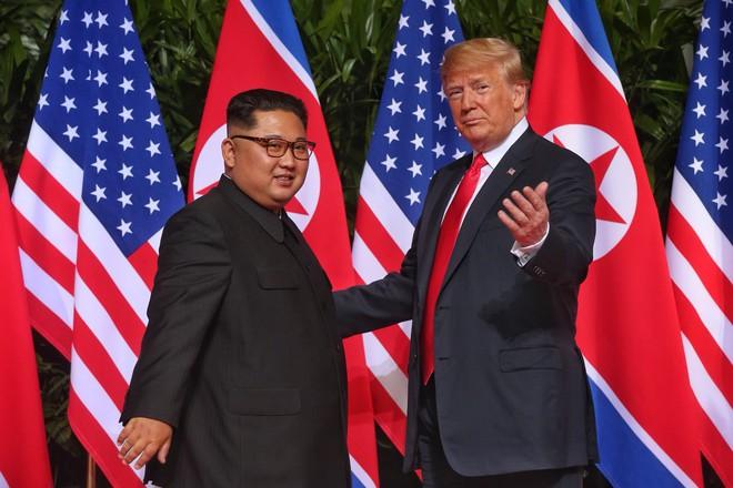 Thượng đỉnh Mỹ - Triều: Những hình ảnh thân mật không ngờ giữa Tổng thống Trump và lãnh đạo Triều Tiên Kim Jong-un 4