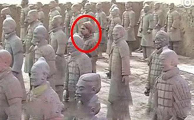 """Binh mã biết đi trong lăng Tần Thủy Hoàng và nghi án về """"tượng người sống"""" gây tranh cãi"""