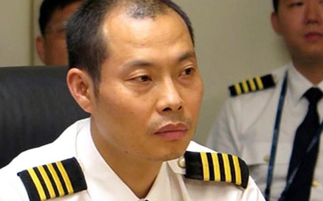 Hạ cánh an toàn sau khi cơ phó bị hút ra ngoài, cơ trưởng được tặng 18 tỷ đồng