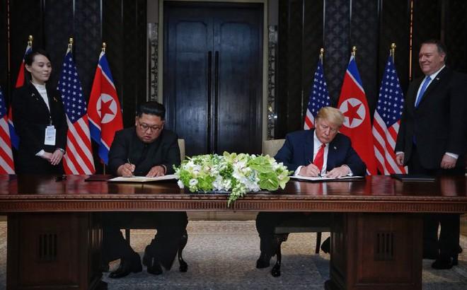 Ông Kim Jong-un không dùng bút có sẵn mà dùng bút em gái đưa để kí thỏa thuận