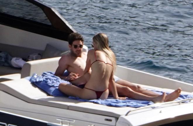 Nằm cạnh bạn gái siêu mẫu, ngôi sao hết thời người Brazil lại mải mê... nghịch điện thoại - Ảnh 5.