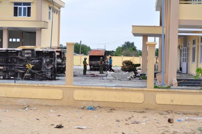 Khám nghiệm hiện trường vụ hàng nghìn người tụ tập gây rối, đập phá ở Bình Thuận - Ảnh 2.