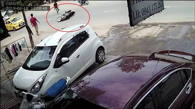 Clip 2 kẻ cướp đi xe Exciter giật túi xách của cô gái trên đường - Ảnh 2.