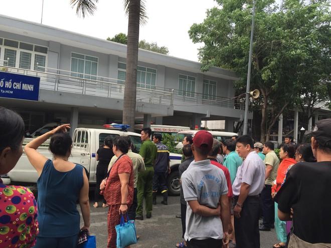 Giải cứu nam thanh niên thất tình đòi nhảy lầu tự tử ở Sài Gòn - Ảnh 1.