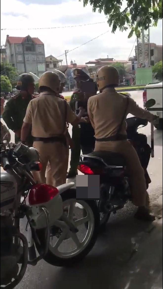 Bị thổi phạt, người đàn ông chống đối rồi chửi CSGT đầy tục tĩu - ảnh 1