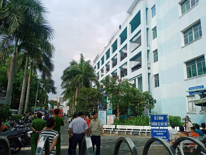 Giải cứu nam thanh niên thất tình đòi nhảy lầu tự tử ở Sài Gòn - Ảnh 2.