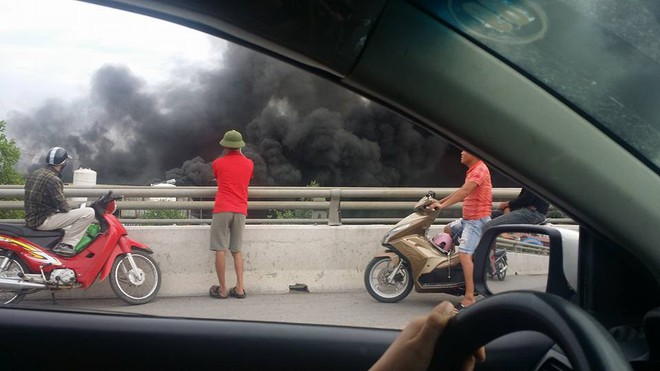 Cháy lớn tại nhà xưởng, cột khói đen bốc cao hàng trăm mét - Ảnh 4.