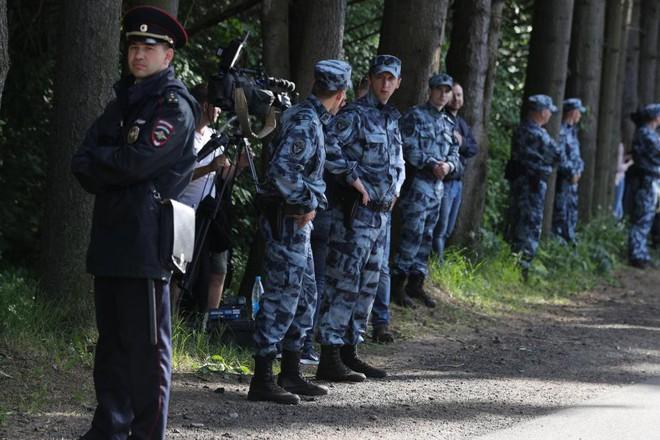 Nga bất ngờ điều xe bọc thép và lính quây kín khách sạn của ĐT Anh - Ảnh 2.