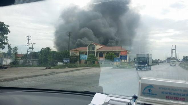 Cháy lớn tại nhà xưởng, cột khói đen bốc cao hàng trăm mét - Ảnh 3.