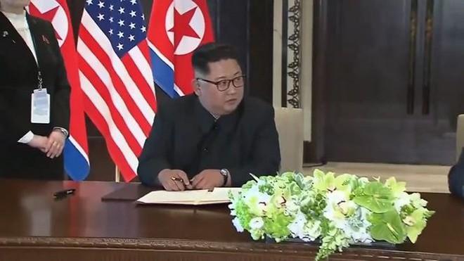 Vì sao ông Kim dùng bút của em gái để ký thỏa thuận chung? - Ảnh 2.