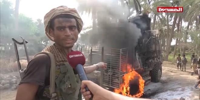 Houthi nã tên lửa trúng tàu chiến Saudi, cháy dữ dội - Trực thăng cứu nạn cất cánh - Ảnh 2.