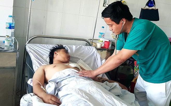 Cứu sống ngoạn mục thanh niên 18 tuổi bị dao đâm xuyên tim - Ảnh 1.