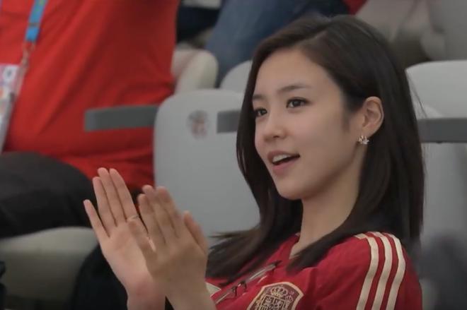 Nữ MC Hàn Quốc có nụ cười đổi đời tại World Cup 2014 giờ ra sao? - Ảnh 1.