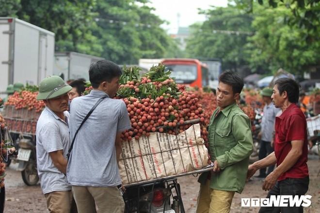 Ảnh: Dân Bắc Giang xếp hàng cả tiếng đồng hồ chờ cân vải - Ảnh 12.