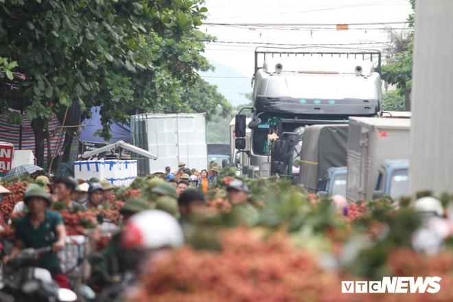 Ảnh: Dân Bắc Giang xếp hàng cả tiếng đồng hồ chờ cân vải - Ảnh 3.
