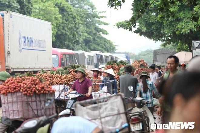 Ảnh: Dân Bắc Giang xếp hàng cả tiếng đồng hồ chờ cân vải - Ảnh 4.