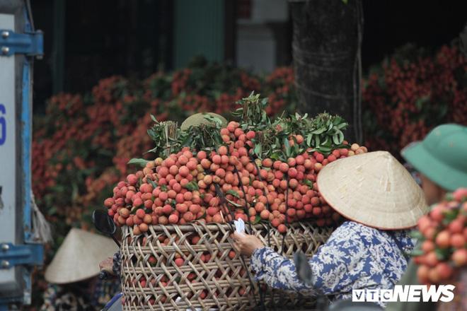 Ảnh: Dân Bắc Giang xếp hàng cả tiếng đồng hồ chờ cân vải - Ảnh 9.
