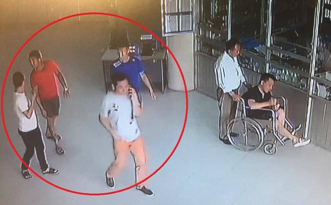 """Hà Nội: 4 đối tượng xăm trổ vào bệnh viện """"đòi nợ"""" cho Phó giám đốc đã nghỉ hưu"""