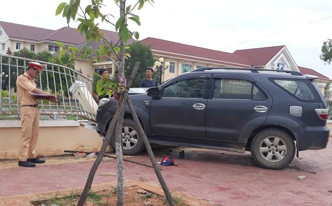 Lái ôtô tông thẳng vào người đứng trên vỉa hè
